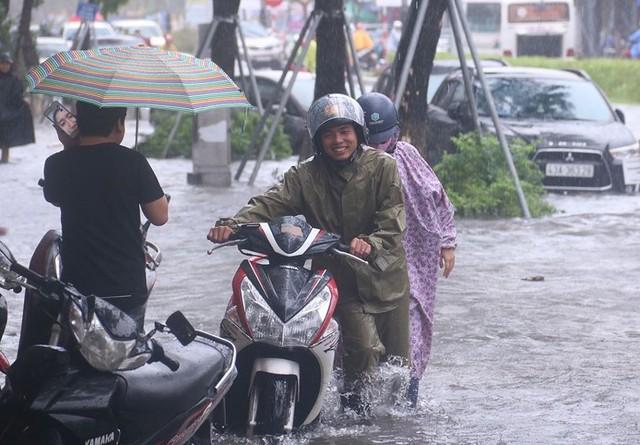 Ngập sâu ở Đà Nẵng: Ô tô chết máy hàng loạt, CSGT đằm mình giải cứu  - Ảnh 13.