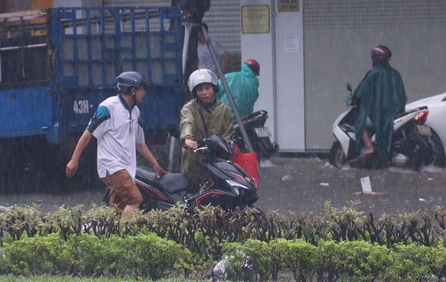 Ngập sâu ở Đà Nẵng: Ô tô chết máy hàng loạt, CSGT đằm mình giải cứu  - Ảnh 14.