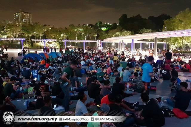 Chung kết lượt đi AFF Cup 2018: Ngay lúc này, hàng nghìn fan Malaysia vạ vật xếp hàng xuyên đêm chờ mua vé, không khác gì CĐV Việt Nam trước khi vé bán online - Ảnh 3.