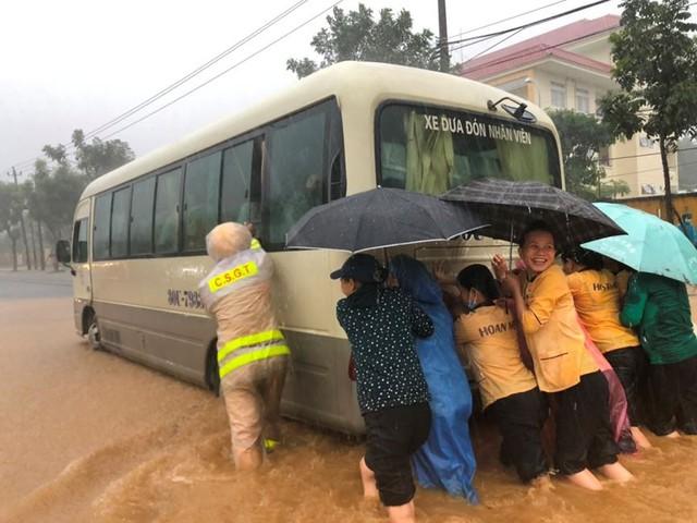Ngập sâu ở Đà Nẵng: Ô tô chết máy hàng loạt, CSGT đằm mình giải cứu  - Ảnh 3.