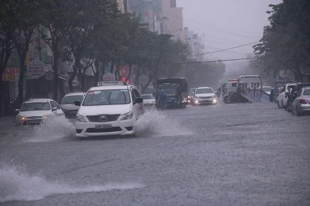 Xế hộp BMW, Range Rover chìm trong hầm, ngập trên đường Đà Nẵng - Ảnh 3.