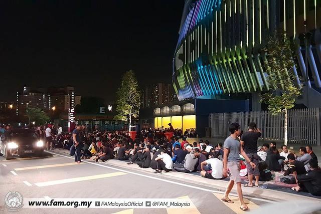 Chung kết lượt đi AFF Cup 2018: Ngay lúc này, hàng nghìn fan Malaysia vạ vật xếp hàng xuyên đêm chờ mua vé, không khác gì CĐV Việt Nam trước khi vé bán online - Ảnh 4.