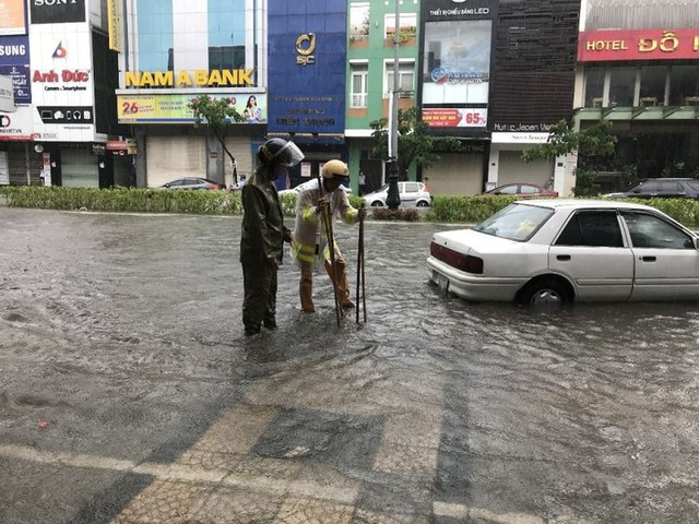 Ngập sâu ở Đà Nẵng: Ô tô chết máy hàng loạt, CSGT đằm mình giải cứu  - Ảnh 4.