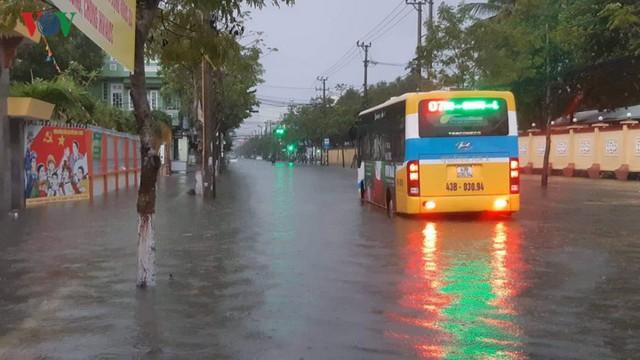 Mưa lớn, Đà Nẵng chìm trong biển nước - Ảnh 5.