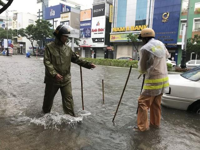 Ngập sâu ở Đà Nẵng: Ô tô chết máy hàng loạt, CSGT đằm mình giải cứu  - Ảnh 5.