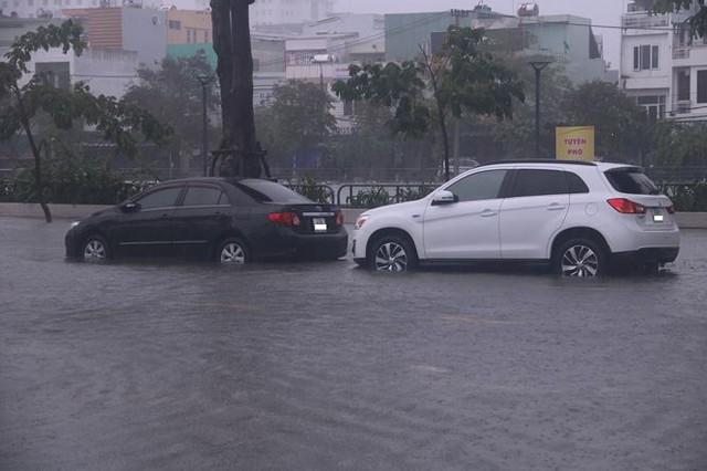Xế hộp BMW, Range Rover chìm trong hầm, ngập trên đường Đà Nẵng - Ảnh 5.