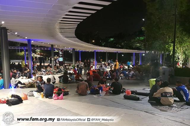 Chung kết lượt đi AFF Cup 2018: Ngay lúc này, hàng nghìn fan Malaysia vạ vật xếp hàng xuyên đêm chờ mua vé, không khác gì CĐV Việt Nam trước khi vé bán online - Ảnh 6.