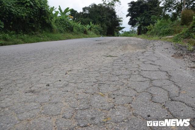 Ảnh: Cận cảnh ổ gà, ổ voi, lún võng trên quốc lộ ở Quảng Nam khiến tài xế khiếp đảm - Ảnh 6.