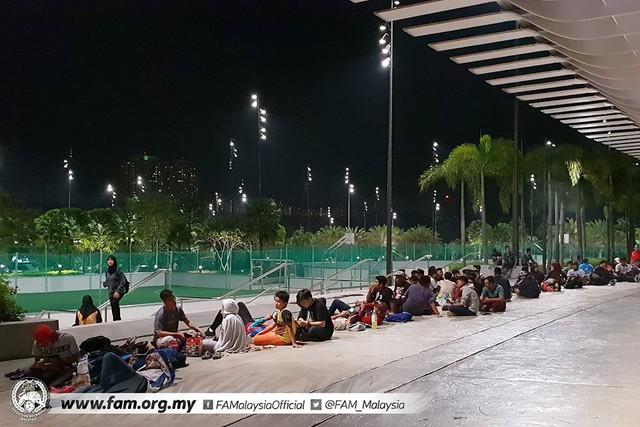 Chung kết lượt đi AFF Cup 2018: Ngay lúc này, hàng nghìn fan Malaysia vạ vật xếp hàng xuyên đêm chờ mua vé, không khác gì CĐV Việt Nam trước khi vé bán online - Ảnh 7.