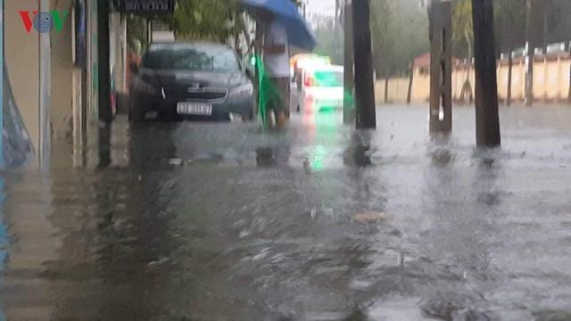 Mưa lớn, Đà Nẵng chìm trong biển nước - Ảnh 7.