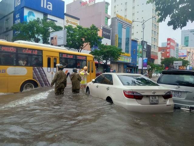 Ngập sâu ở Đà Nẵng: Ô tô chết máy hàng loạt, CSGT đằm mình giải cứu  - Ảnh 7.