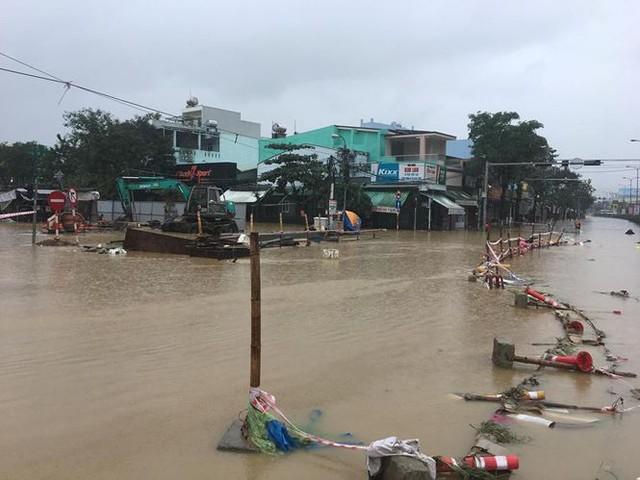 Mưa to xuyên đêm, sân bay Đà Nẵng bị bủa vây trong biển nước   - Ảnh 7.