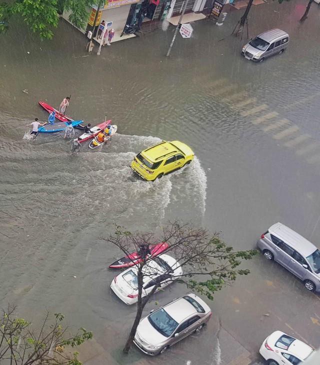 Hình ảnh chưa từng có ở Đà Nẵng: Xuồng bơi trên phố, người dân quăng lưới bắt cá giữa biển nước mênh mông - Ảnh 7.