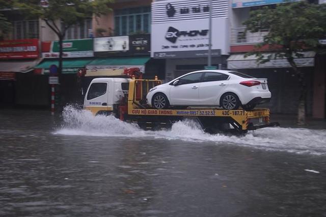 Xế hộp BMW, Range Rover chìm trong hầm, ngập trên đường Đà Nẵng - Ảnh 7.