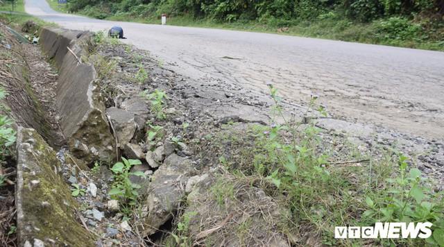 Ảnh: Cận cảnh ổ gà, ổ voi, lún võng trên quốc lộ ở Quảng Nam khiến tài xế khiếp đảm - Ảnh 8.