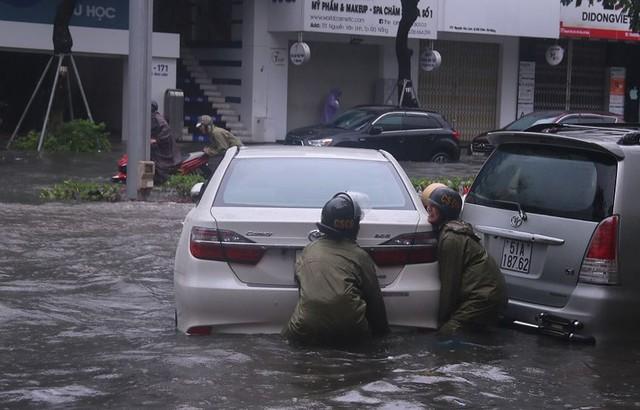 Ngập sâu ở Đà Nẵng: Ô tô chết máy hàng loạt, CSGT đằm mình giải cứu  - Ảnh 8.