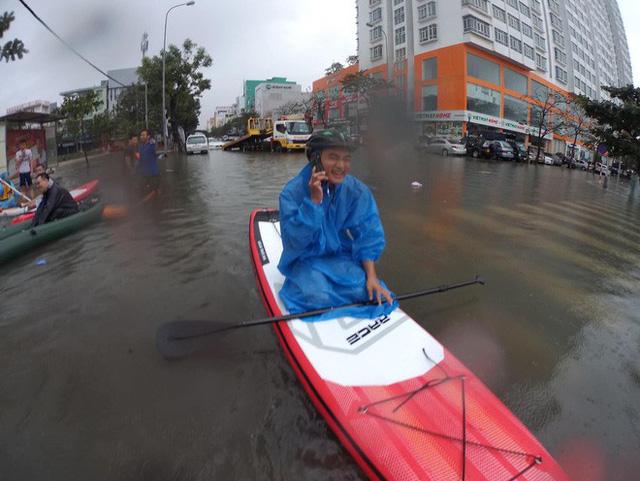 Hình ảnh chưa từng có ở Đà Nẵng: Xuồng bơi trên phố, người dân quăng lưới bắt cá giữa biển nước mênh mông - Ảnh 8.