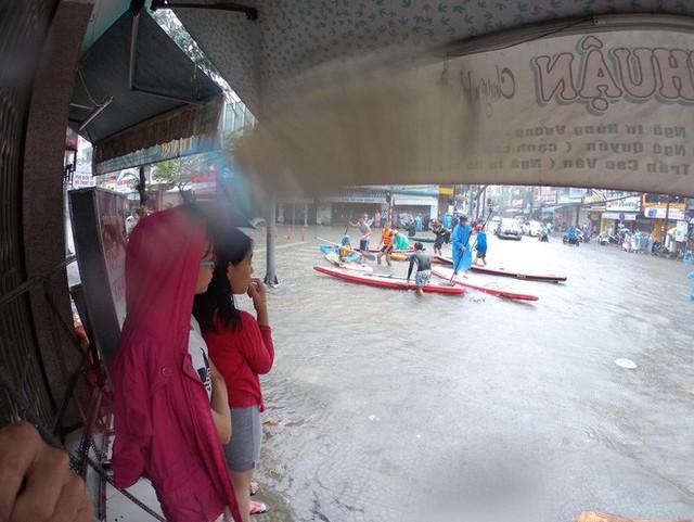 Hình ảnh chưa từng có ở Đà Nẵng: Xuồng bơi trên phố, người dân quăng lưới bắt cá giữa biển nước mênh mông - Ảnh 9.