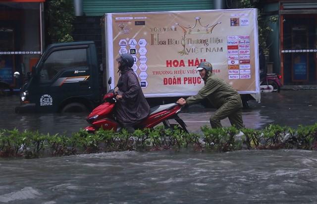 Ngập sâu ở Đà Nẵng: Ô tô chết máy hàng loạt, CSGT đằm mình giải cứu  - Ảnh 10.