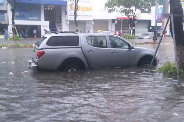 Xế hộp BMW, Range Rover chìm trong hầm, ngập trên đường Đà Nẵng - Ảnh 10.