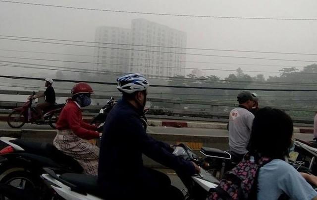 Sài Gòn sương mù kéo dài bất thường, mưa cũng hiếm thấy - Ảnh 1.