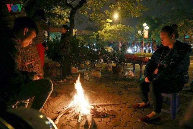 Ảnh: Tê cóng trong đêm Hà Nội lạnh dưới 10 độ C trông cây cảnh Tết - Ảnh 12.