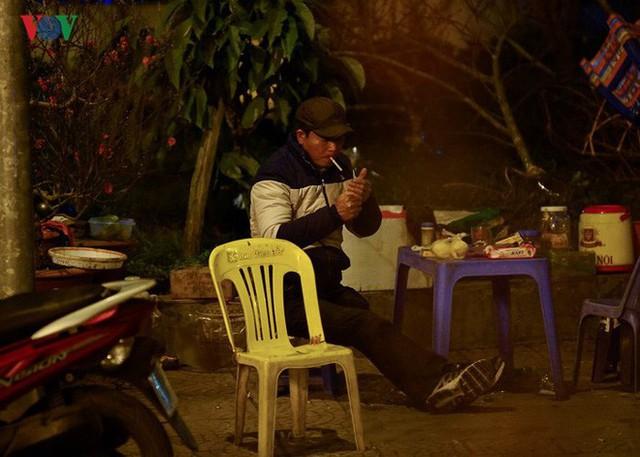 Ảnh: Tê cóng trong đêm Hà Nội lạnh dưới 10 độ C trông cây cảnh Tết - Ảnh 4.