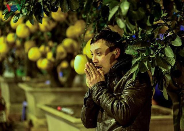 Ảnh: Tê cóng trong đêm Hà Nội lạnh dưới 10 độ C trông cây cảnh Tết - Ảnh 7.