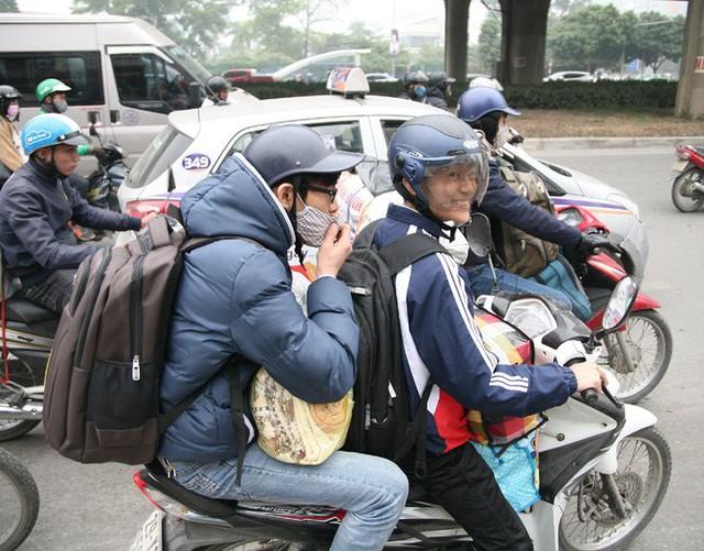 Hà Nội: Nhiều cửa ngõ Thủ đô ùn tắc do dòng người ùn ùn đổ về quê ăn Tết  - Ảnh 1.