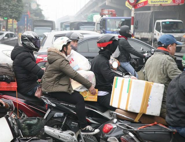 Hà Nội: Nhiều cửa ngõ Thủ đô ùn tắc do dòng người ùn ùn đổ về quê ăn Tết  - Ảnh 11.