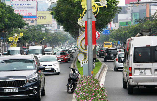 Kẹt xe khủng khiếp cửa ngõ sân bay Tân Sơn Nhất trưa 25 Tết - Ảnh 12.