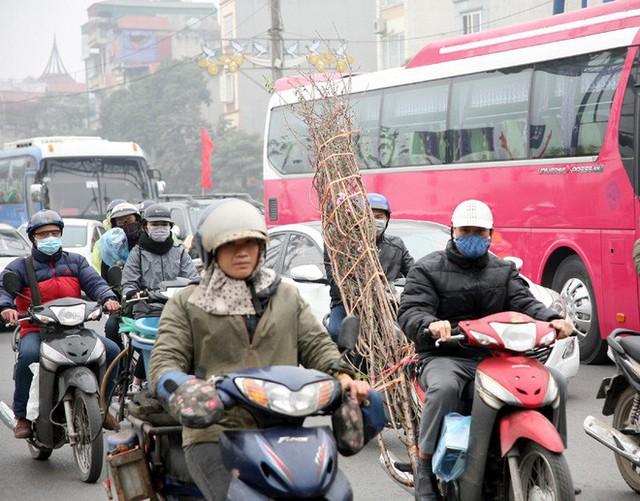Hà Nội: Nhiều cửa ngõ Thủ đô ùn tắc do dòng người ùn ùn đổ về quê ăn Tết  - Ảnh 13.