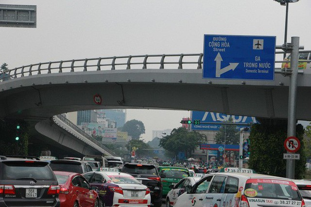 Kẹt xe khủng khiếp cửa ngõ sân bay Tân Sơn Nhất trưa 25 Tết - Ảnh 13.
