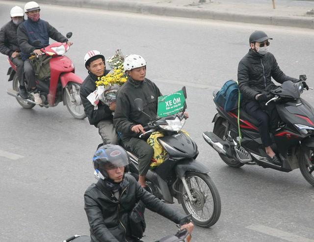 Hà Nội: Nhiều cửa ngõ Thủ đô ùn tắc do dòng người ùn ùn đổ về quê ăn Tết  - Ảnh 14.