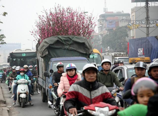 Hà Nội: Nhiều cửa ngõ Thủ đô ùn tắc do dòng người ùn ùn đổ về quê ăn Tết  - Ảnh 16.