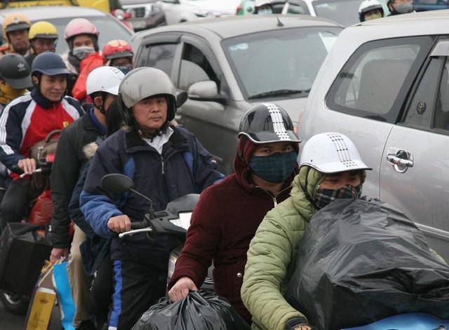 Hà Nội: Nhiều cửa ngõ Thủ đô ùn tắc do dòng người ùn ùn đổ về quê ăn Tết  - Ảnh 19.