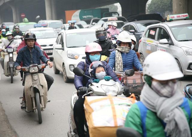 Hà Nội: Nhiều cửa ngõ Thủ đô ùn tắc do dòng người ùn ùn đổ về quê ăn Tết  - Ảnh 3.