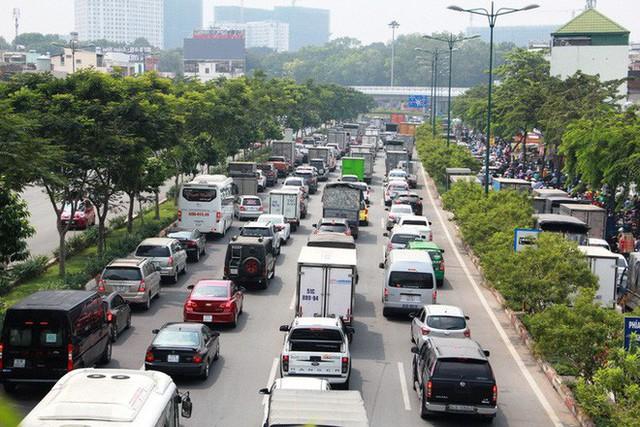 Kẹt xe khủng khiếp cửa ngõ sân bay Tân Sơn Nhất trưa 25 Tết - Ảnh 3.
