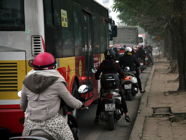 Hà Nội: Nhiều cửa ngõ Thủ đô ùn tắc do dòng người ùn ùn đổ về quê ăn Tết  - Ảnh 4.