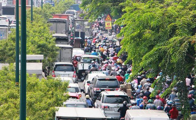 Kẹt xe khủng khiếp cửa ngõ sân bay Tân Sơn Nhất trưa 25 Tết - Ảnh 4.