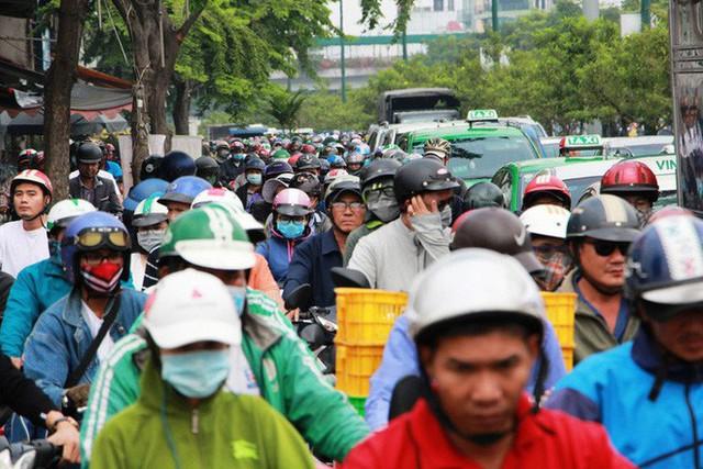 Kẹt xe khủng khiếp cửa ngõ sân bay Tân Sơn Nhất trưa 25 Tết - Ảnh 5.