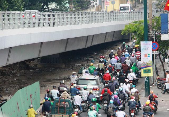 Kẹt xe khủng khiếp cửa ngõ sân bay Tân Sơn Nhất trưa 25 Tết - Ảnh 6.