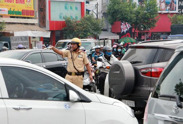 Kẹt xe khủng khiếp cửa ngõ sân bay Tân Sơn Nhất trưa 25 Tết - Ảnh 7.