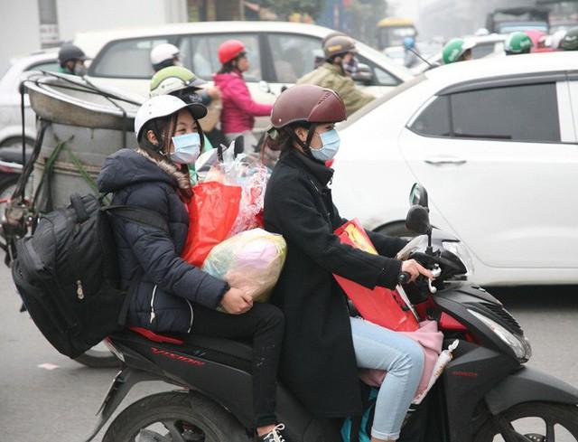Hà Nội: Nhiều cửa ngõ Thủ đô ùn tắc do dòng người ùn ùn đổ về quê ăn Tết  - Ảnh 8.