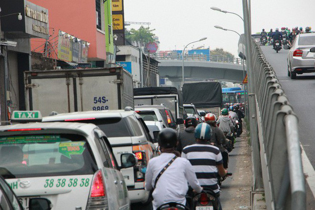 Kẹt xe khủng khiếp cửa ngõ sân bay Tân Sơn Nhất trưa 25 Tết - Ảnh 8.