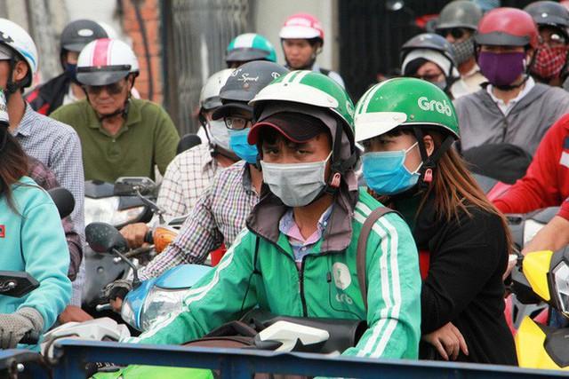 Kẹt xe khủng khiếp cửa ngõ sân bay Tân Sơn Nhất trưa 25 Tết - Ảnh 9.