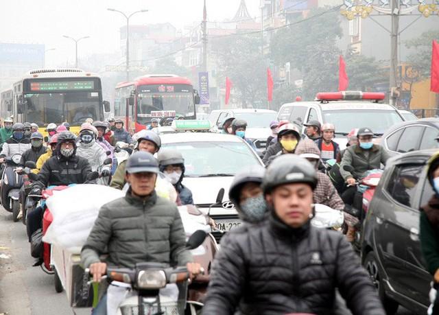 Hà Nội: Nhiều cửa ngõ Thủ đô ùn tắc do dòng người ùn ùn đổ về quê ăn Tết  - Ảnh 10.