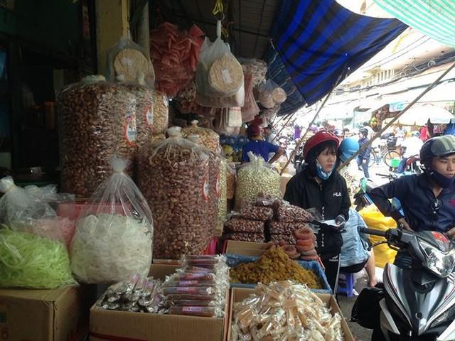 Bánh kẹo, mứt tết ba không đổ bộ chợ Sài Gòn   - Ảnh 1.