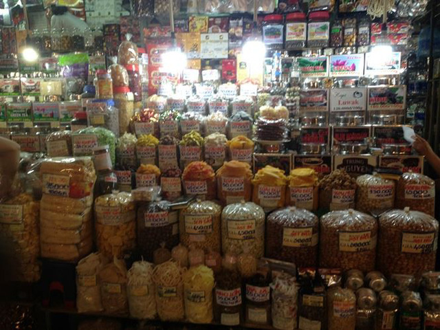 Bánh kẹo, mứt tết ba không đổ bộ chợ Sài Gòn   - Ảnh 2.