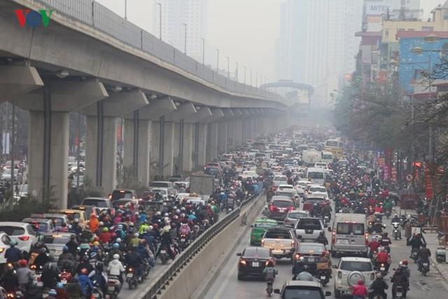 Đường phố Hà Nội ùn tắc kinh hoàng bất kể giờ giấc - Ảnh 1.